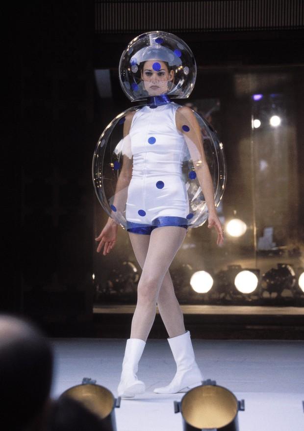 Peça de desfile de André Courrèges mostra como o plástico vem sendo usado na moda (Foto: Getty Images)