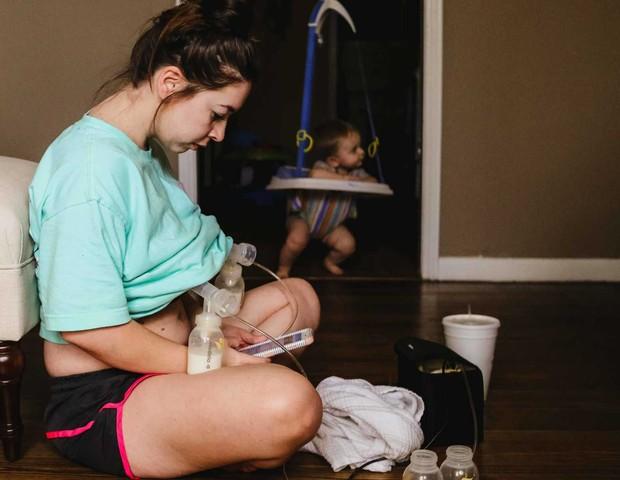 Christa durante o processo de extração do leite (Foto: Reprodução Christa Hood/Hidden Perfections Photography )