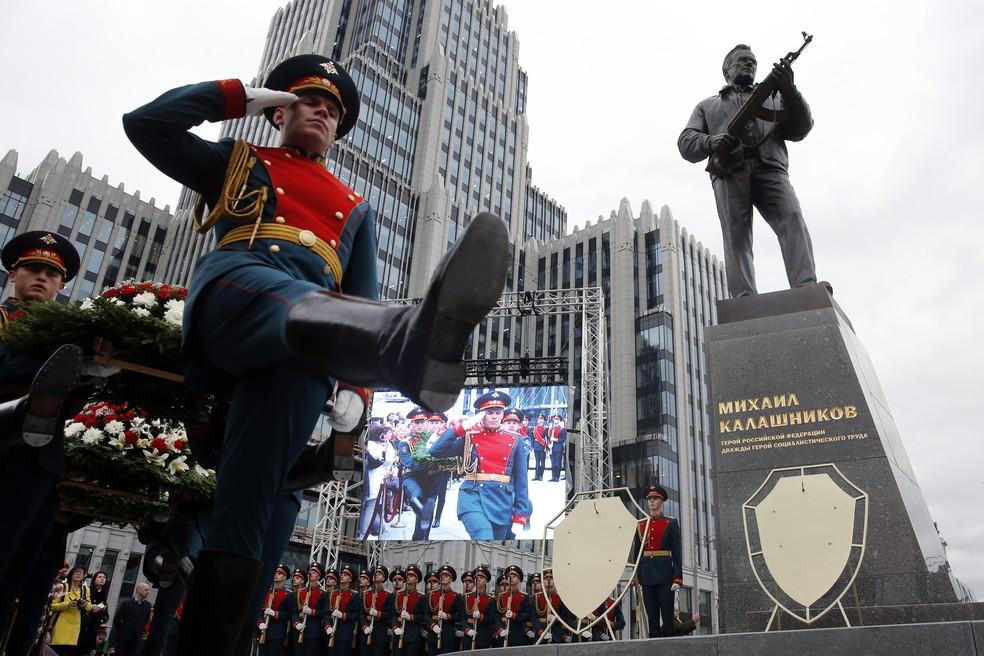 Inauguração do monumento a Mikhail Kalashnikov em Moscou (Foto: France Presse)