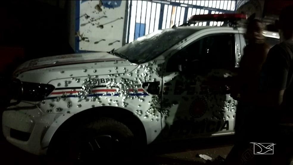 Viatura da Polícia Militar foi atingida por vários disparos. (Foto: Reprodução/TV Mirante)