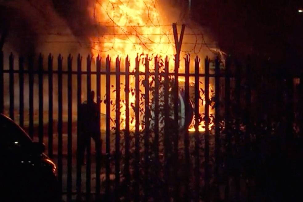Imagem capturada de incêndio após queda de helicóptero em estádio no King Power Stadium, pouco depois de uma partida do campeonato inglês, no sábado (28)  — Foto: Associated Press
