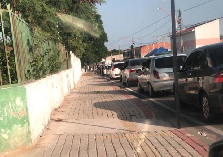 Drive-thru de vacinação em Caucaia, na Grande Fortaleza, gera longa fila de carros, e parte dos idosos não consegue receber primeira dose