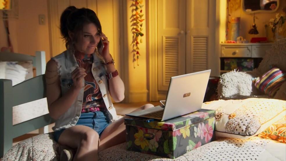 Carmela (Chandelly Braz) se empolga com a chance de prejudicar Apolo (Malvino Salvador) - 'Haja Coração' — Foto: Globo