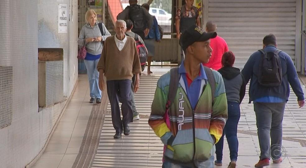 Moradores tiveram de usar roupa de frio no terminal rodoviário de Rio Preto — Foto: Reprodução/TV TEM