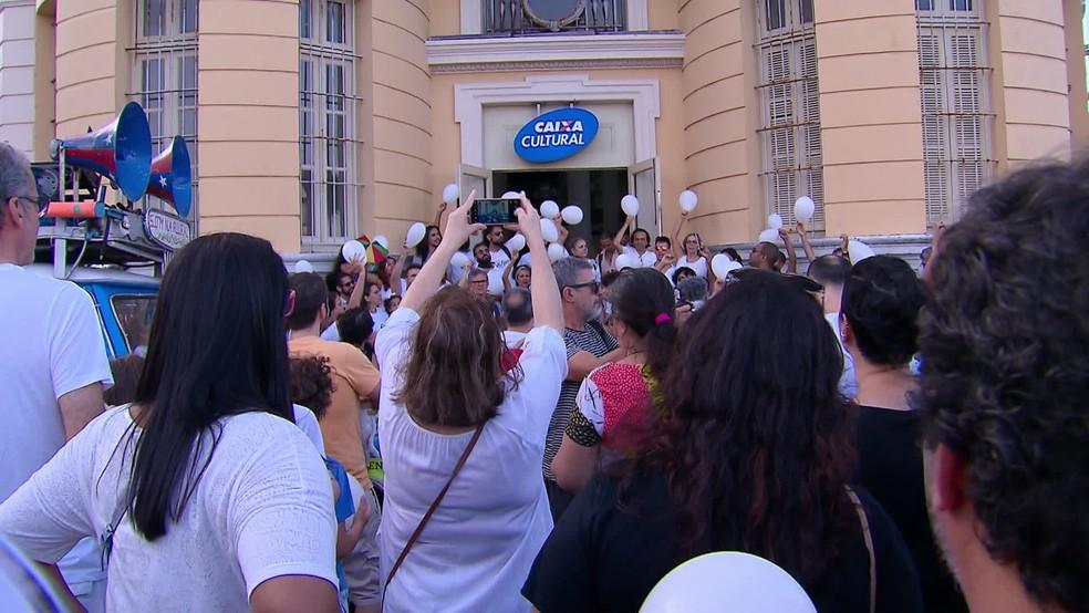 Manifestantes protestam em frente à Caixa Cultural contra cancelamento da peça 'Abrazo', no Recife — Foto: Reprodução/TV Globo