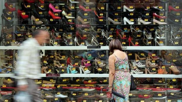 Consumidora observa loja de sapatos no centro de São Paulo ; inflação ; varejo ; compras ; consumo ;  (Foto: Paulo Whitaker/Reuters)
