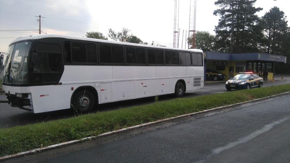 Ônibus, parado em Xanxerê, não tinha autorização da ANTT para transportar passageiros (Foto: PRF/Divulgação)