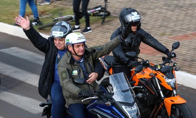 Bolsonaro dá carona na moto ao prefeito de Chapecó, João Rodrigues