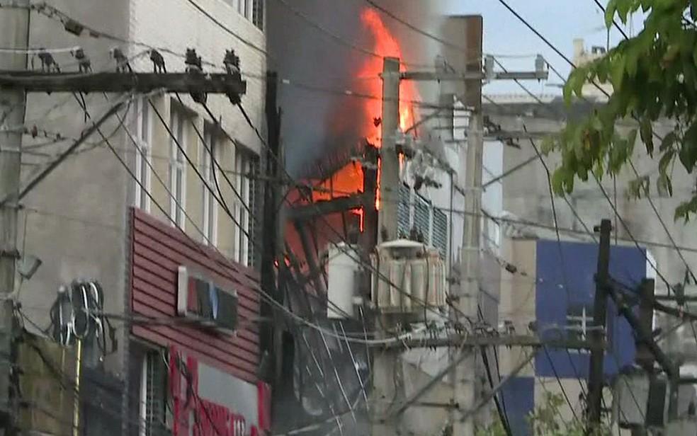 Fogo em prédio comercial no Centro de SP — Foto: Reprodução/TV Globo