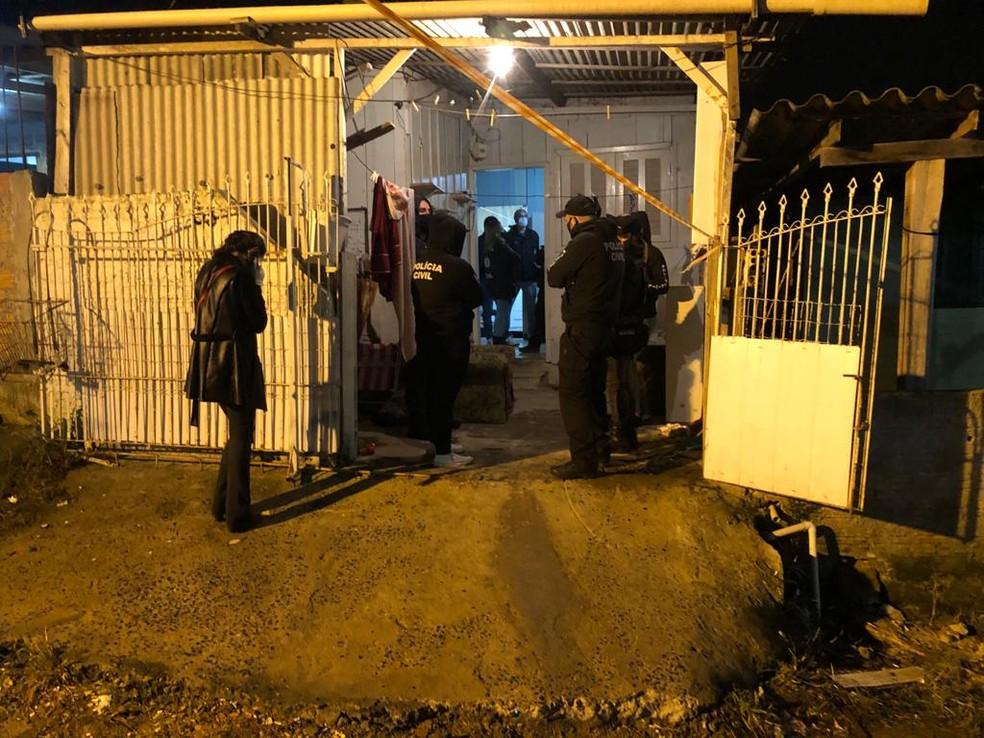Duas mulheres foram mortes e adolescente ficou gravemente ferida em Porto Alegre — Foto: Jonas Campos/RBS TV