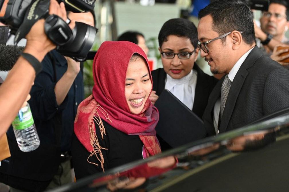 Indonésia Siti Aisyah sorri ao deixar o Supremo Tribunal Shah Alam, nos arredores de Kuala Lumpur, nesta segunda-feira (11). Ela foi inocentada da acusação de assassinato de Kim Jong Nam, o meio irmão do líder norte-coreano Kim Jong-un — Foto: Mohd Rasfan / AFP