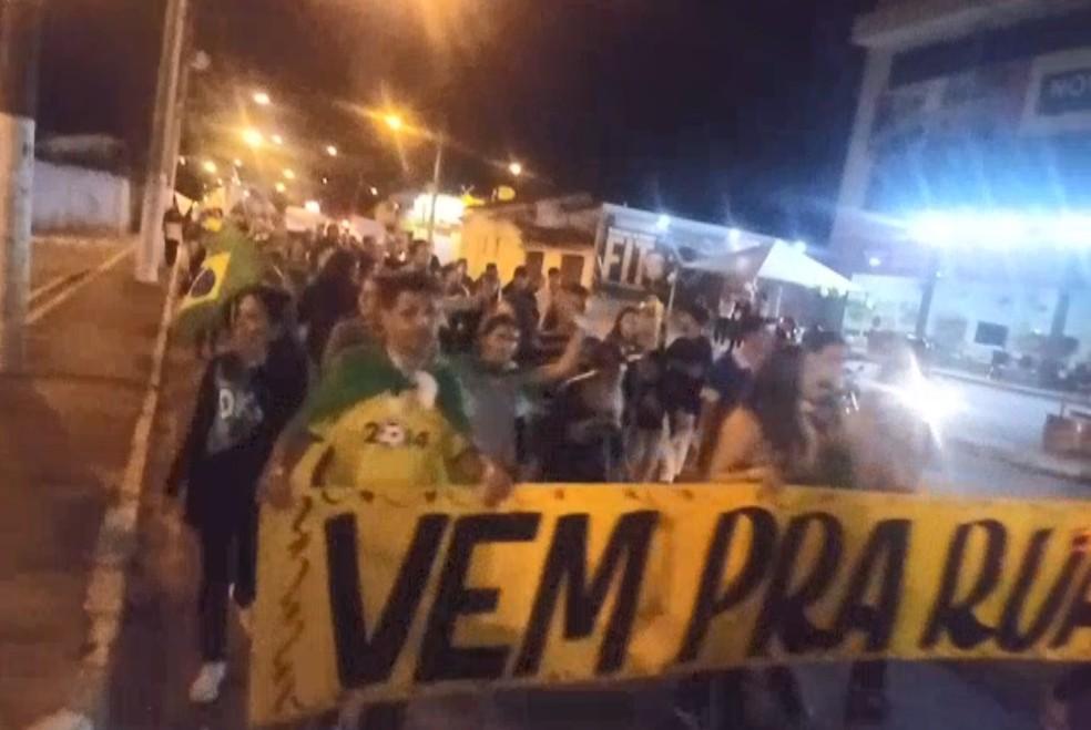 Moradores fazem atos em apoio à paralisação dos caminhoneiros no Vale  (Foto: Rafael Neves/ Vanguarda Repórter)