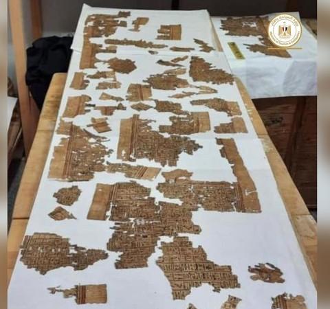 """Pergaminho do """"Livro dos Mortos"""" de 4 metros é encontrado em tumba no Egito"""
