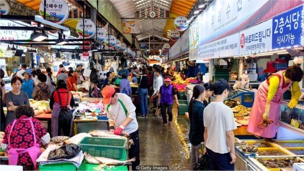 O salário mínimo na Coreia do Sul cresceu 16,4% em 2018; outro aumento de 10,9% está previsto para 2019 (Foto: Getty Images/BBC)
