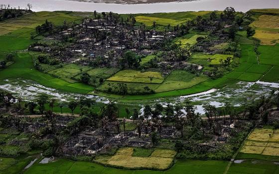 Os restos de uma vila rohingya no estado de Rakhine, em Mianmar (Foto: FOTÓGRAFOS/REUTERS)