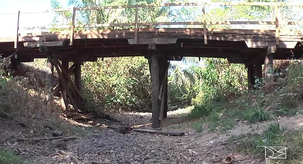 Várias famílias que moram abaixo das barragens sofreram com a falta de água do Riacho Bacaba que praticamente secou — Foto: Reprodução/TV Mirante