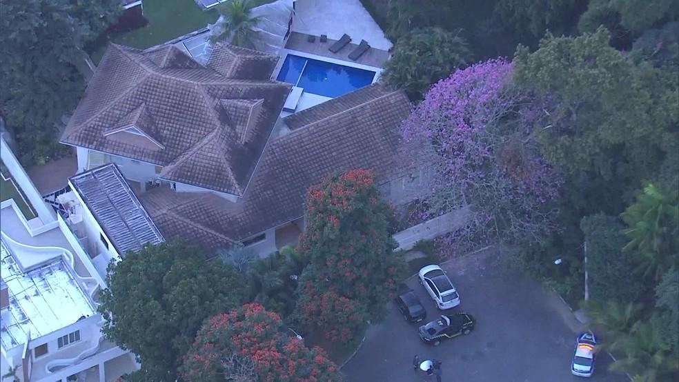 Casa do ex-secretário de Obras fica em um condomínio na Zona Oeste do Rio (Foto: Reprodução / TV Globo)