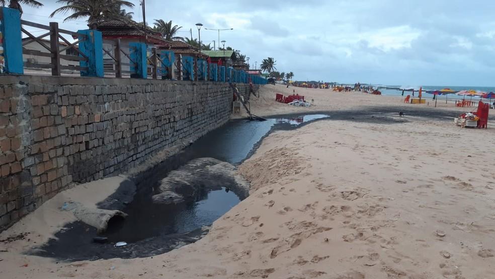 Mancha escura atingiu areia da praia — Foto: Sérgio Henrique Santos/Inter TV Cabugi