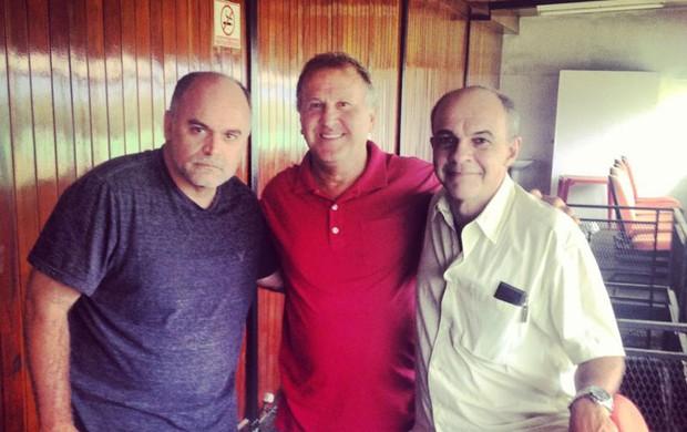Presidente atual do Botafogo e futuro do Fla se encontram com Zico