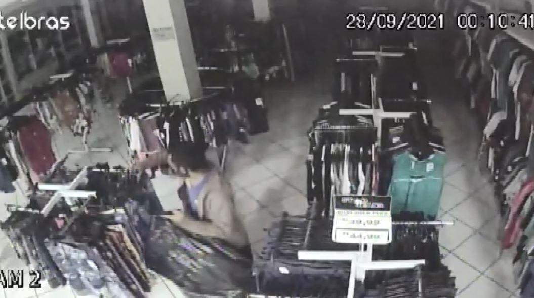 Suspeito invade loja no Centro de Pedreira e leva roupas e dinheiro; VÍDEO