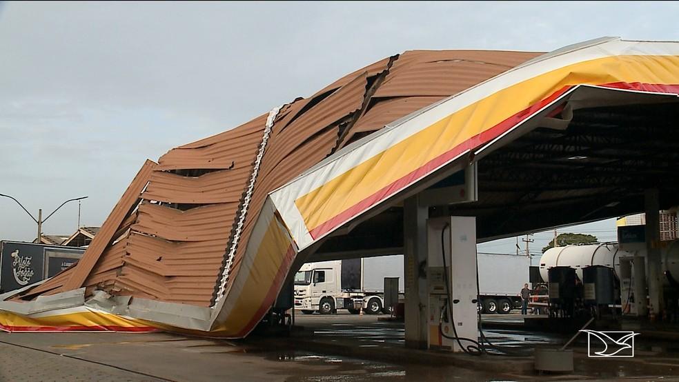 Parte do telhado do posto de combustível ficou destruído com a força da ventania. (Foto: Reprodução/TV Mirante)
