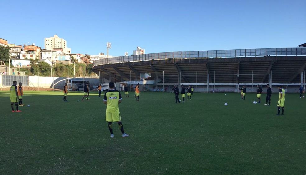 Sem Oswaldo, o técnico Geninho comandou um treinamento do ABC nesta segunda no CT do Caxias do Sul (Foto: Divulgação/ABC)