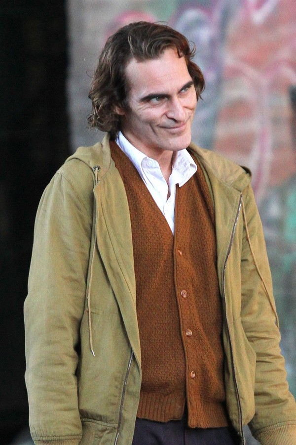 New York, NY  - Joaquin Phoenix looks very thin and gaunt while playing the title role for his upcoming 'Joker' movie filming in Manhattan's Harlem Neighborhood. The film takes place in a gritty 1980s New York City.Pictured: Joaquin PhoenixBACKGRI (Foto: BrosNYC / BACKGRID)