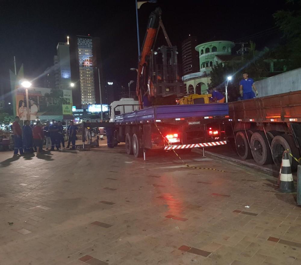 Translado dos equipamentos dos feirantes estão sendo feitos por quatro carretas e quatro empilhadeiras.  — Foto: Rafaela Duarte/ Sistema Verdes Mares