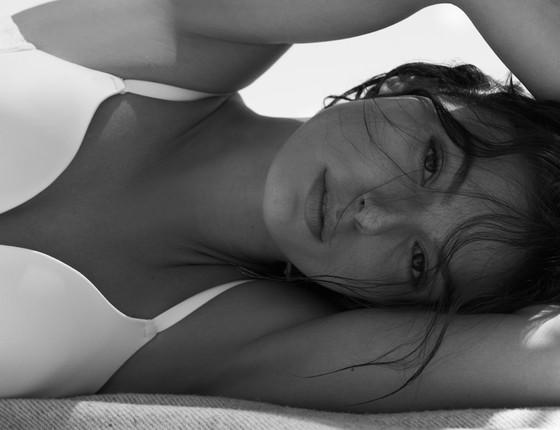 A atriz diz que para fazer trabalhos assim, que explorem sua sensualidade, costuma incorporar uma personagem (Foto: Nicole Heineger)