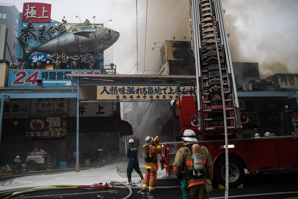 Bombeiros trabalham em um incêndio no mercado de peixes Tsukiji em Tóquio, no Japão (Foto: Behroruz Mehri/AFP)