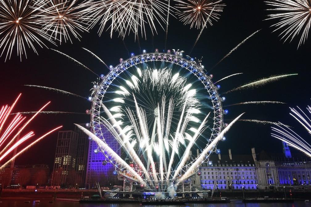 """Fogos de artifício vistos ao redor da """"London Eye"""", roda gigante que é o centro das celebrações do Ano Novo em Londres — Foto: Daniel Leal-Olivas/AFP"""