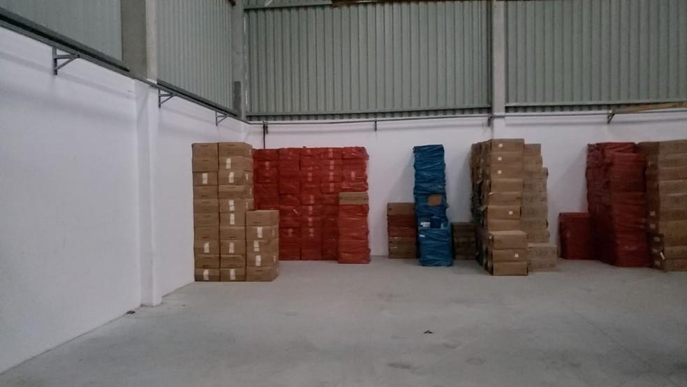 Carga contrabandeada foi achada em galpão de Tijucas (Foto: PF/Divulgação)