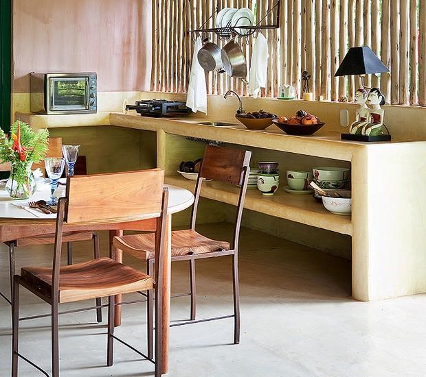 Simples de tudo, a cozinha da casa de praia de Roberto Maya tem bancada e prateleiras de alvenaria – e só. O ripado de bambu sustenta o paneleiro (Foto: Marco Antonio/Casa e Jardim)