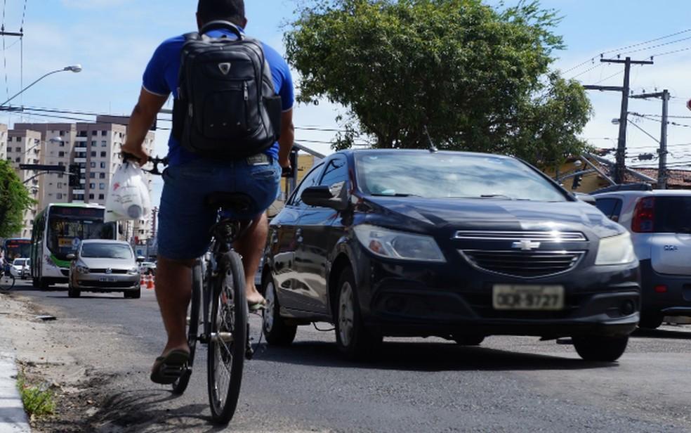 Foto vencedora mostra ciclista se arriscando na contramão na Avenida Hermes Fontes, em Aracaju — Foto: Jessica França/G1/Arquivo