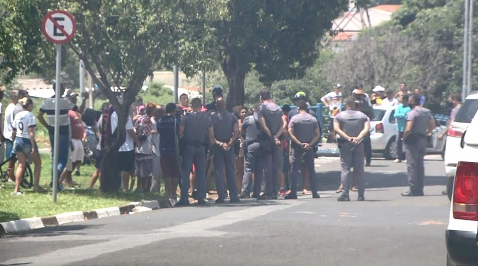 PM foi acionada para conversar com moradores de Hortolândia — Foto: Reprodução / EPTV