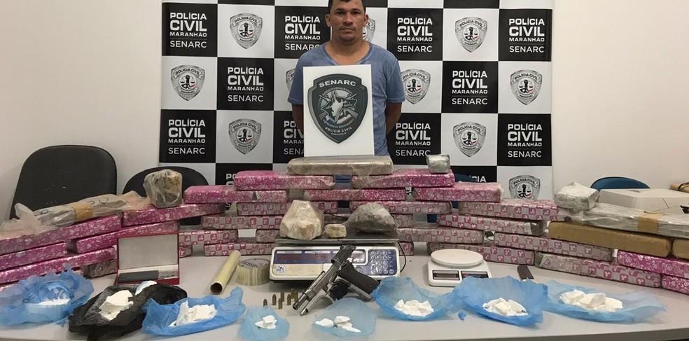 Joelson Henrique Carvalho de Oliveira foi autuado por tráfico de drogas e posse irregular de arma de fogo — Foto: Divulgação/Polícia