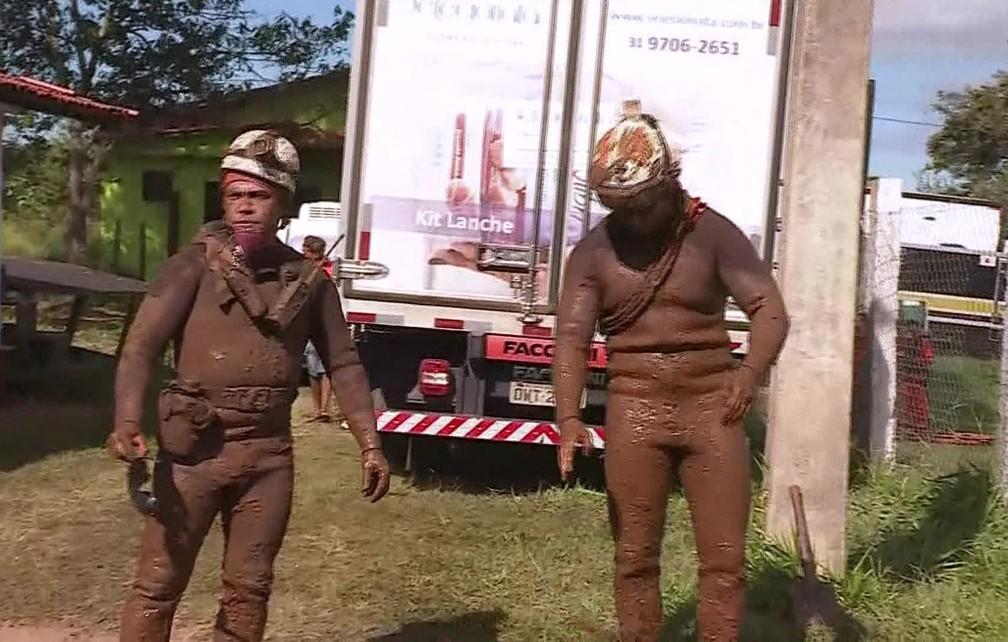 Bombeiros usam roupa de mergulho para rastejar na lama em busca de desaparecidos em Brumadinho (MG) — Foto: Reprodução/TV Globo