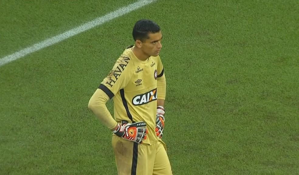 8ba4a72c86 ... Santos foi o principal jogador do Atlético-PR contra o Galo — Foto   Reprodução