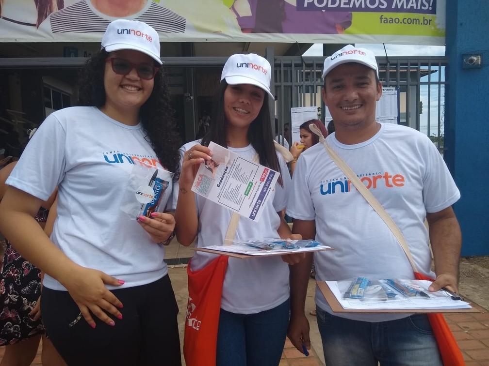 ENEM 2018 – DOMINGO (4) – RIO BRANCO (AC) – Voluntários ajudam candidatos do Enem que fazem prova neste domingo — Foto: Quésia Melo/G1
