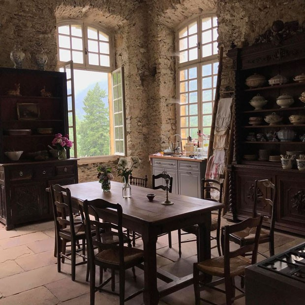 Veja como um casal australiano está reformando um castelo francês do sec XIII o Chateau de Gudanes (Foto: reprodução)