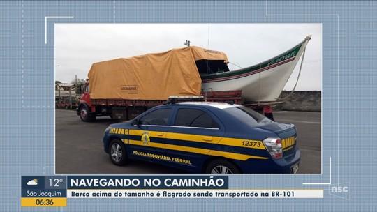 PRF flagra 9 pescadores dentro de barco transportado em caminhão na BR-101 em Araranguá
