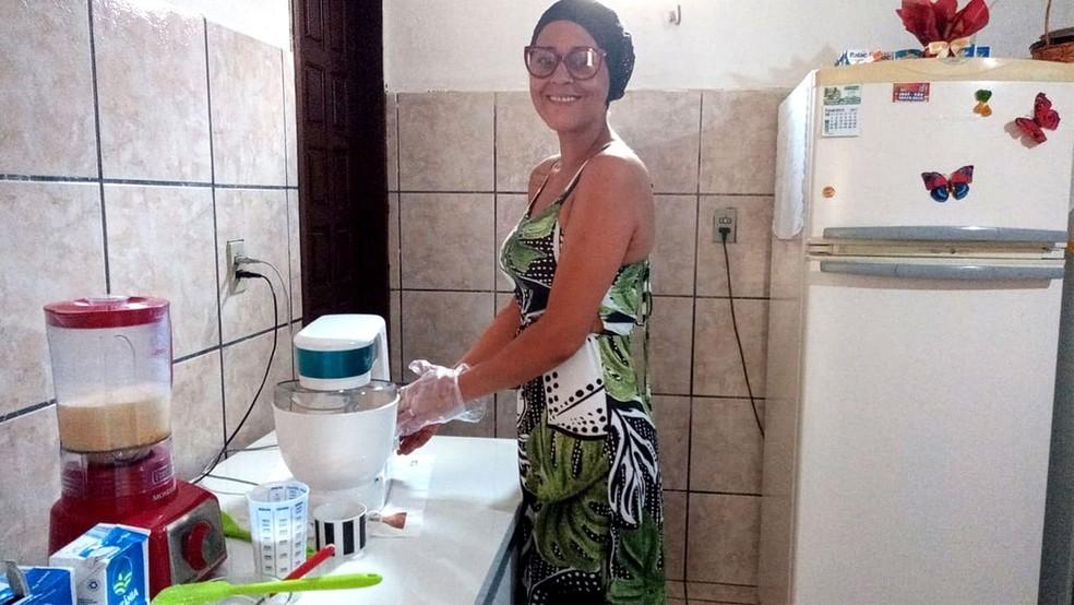Iara Pamella vira a noite preparando doces e bolos para vender em Fortaleza — Foto: Reprodução
