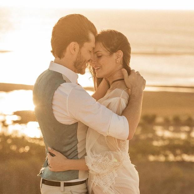 Camila Queiroz e Klebber Toledo no ensaio pré-wedding (Foto: Reprodução/Instagram)