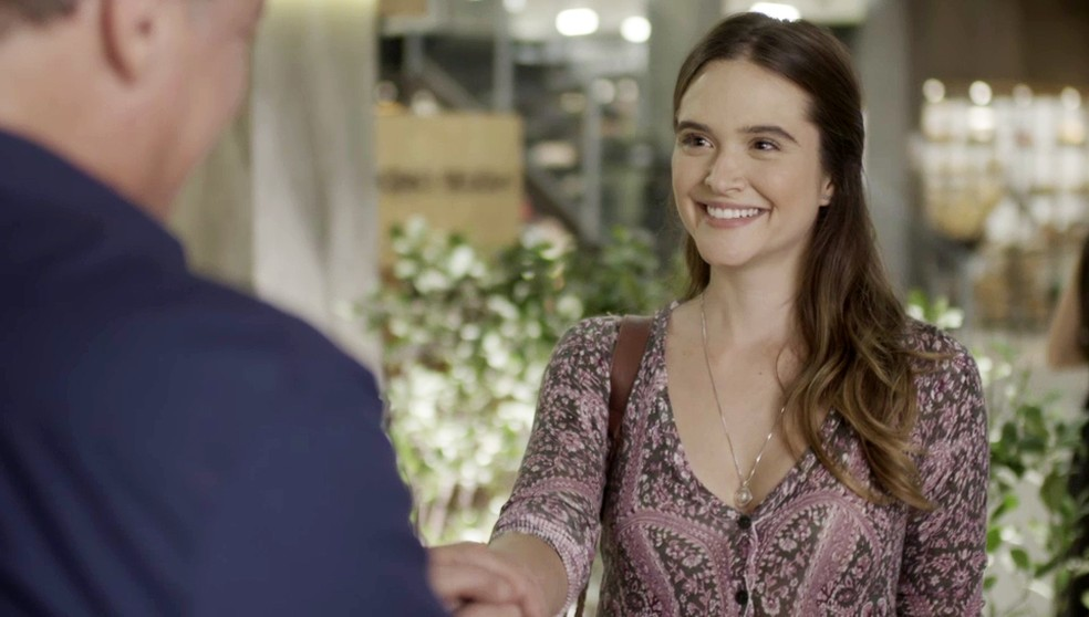Luna (Juliana Paiva) aceita emprego em 'Salve-se Quem Puder' — Foto: Globo
