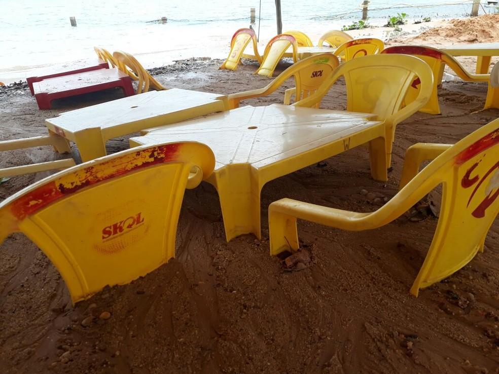 Mesas ficaram soterradas na praia do Cajú (Foto: Divulgação)