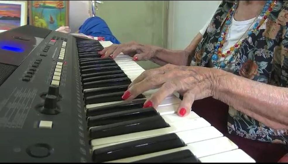 Além da paisão pela pintura, artista também toca piano (Foto: Reprodução Rede Amazônica Acre)