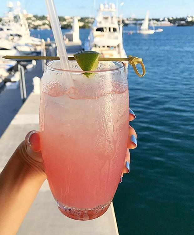 O pink também invade os drinks para tomar próximo à marina (Foto: Instagram/ Reprodução)