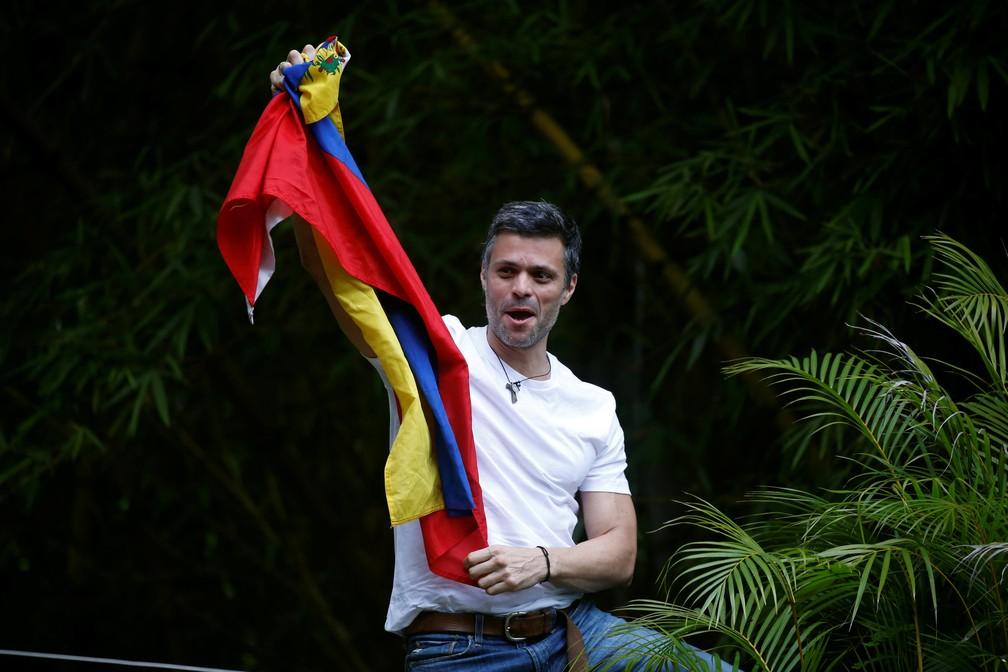 Leopoldo López comemora com bandeira da Venezuela, em julho de 2017, sua transferência para prisão domiciliar, em Caracas — Foto: Juan Barreto/AFP