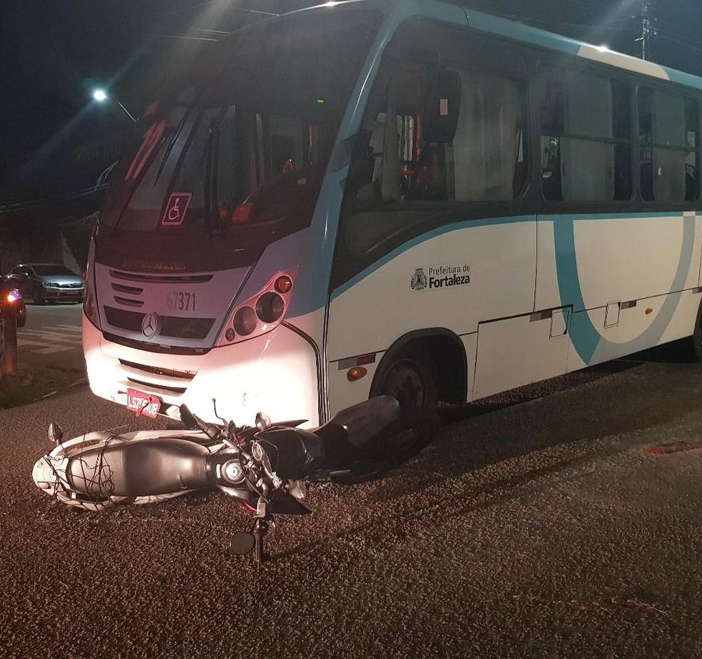 Condutor da moto avançou a preferencial e foi atingido pelo micro-ônibus. — Foto: Rafaela Duarte/ Sistema Verdes Mares