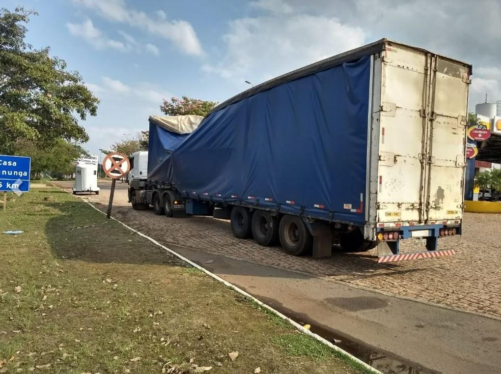 Veículo caiu em cima de caminhão de semirreboque na SP-330, em Pirassununga — Foto: Reporter Naressi